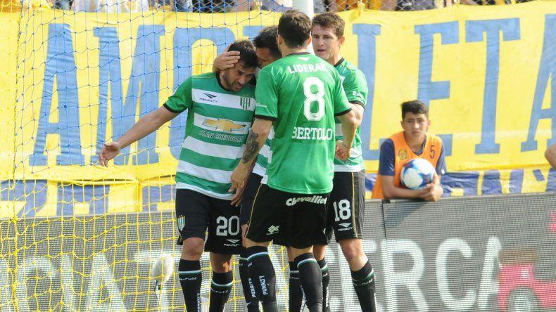 Todos abrazan a Darío Cvitanich