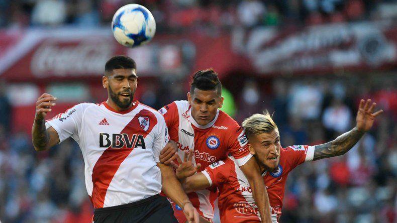 Alexander Barboza gana en lo alto en el partido que anoche River y Argentinos empataron 1-1 en el Monumental.