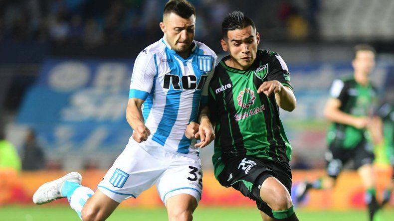 Enrique Triverio disputa el balón con Adrián Pucheta en el partido que anoche Racing y San Martín empataron sin goles en Avellaneda.