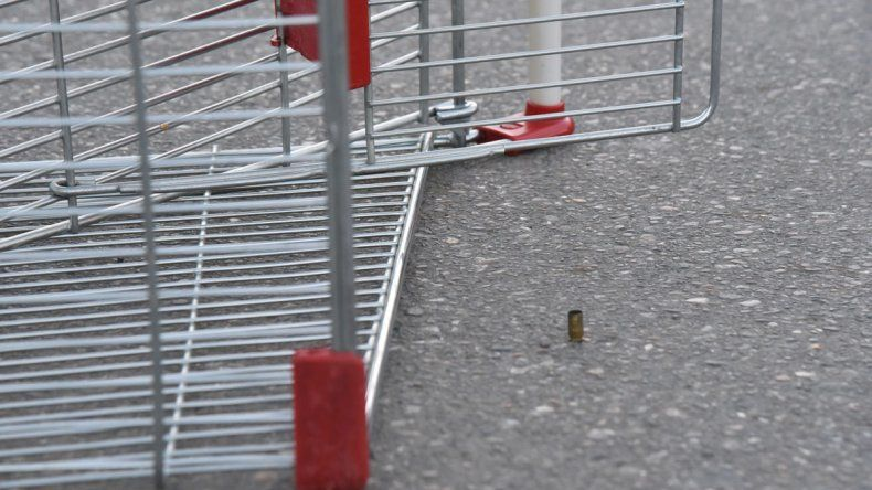 Una de las cinco vainas servidas que secuestró el personal policial después que un individuo disparara contra Andrés Palomo en el estacionamiento de un supermercado.