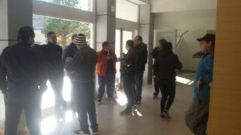 trabajadores de seguridad del hospital regional realizan retencion