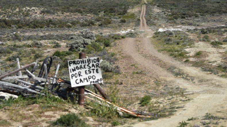 Para llegar a los lotes que comenzó a entregar Rubén Martínez, ubicados al otro lado de la colina que se observa al fondo, hay que pasar por campos privados que pertenecen a la firma Salas y del Río.