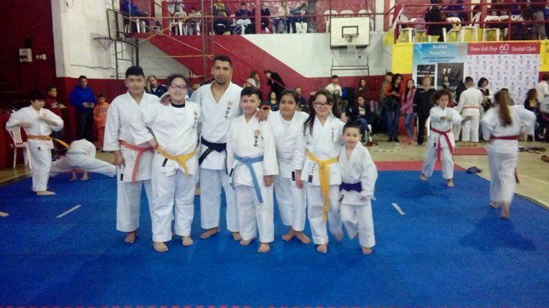 Esteban Márquez –centro- junto a parte de los alumnos de la escuela Karate-Do Okikukai de Comodoro Rivadavia.
