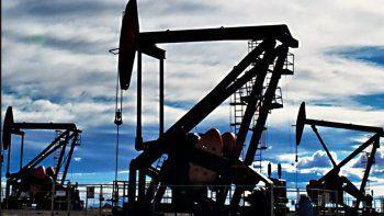 La industria petrolera vive días de angustia en los que los que más padecen son los trabajadores.