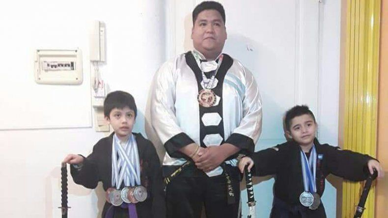 Hugo Sinchez –centro- junto a los pequeños Enzo Carrizo y León Sánchez.