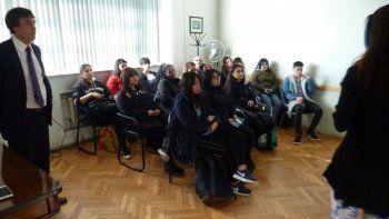 La fiscal Cecilia Codina y el defensor Guillermo Iglesias explicaron el proceso de justicia a estudiantes.