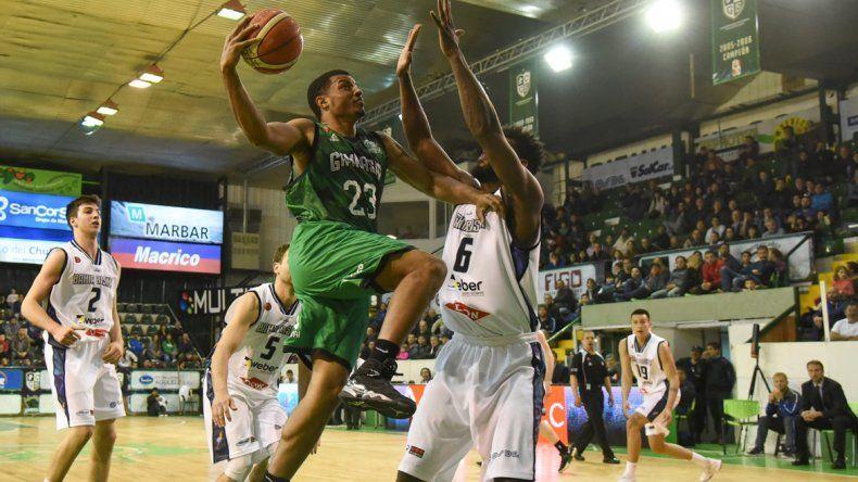 Shaquille Johnson intenta de dos puntos ante la marca de Gerson Santo en el partido jugado anoche en el Socios Fundadores entre Gimnasia y Bahía Basket.