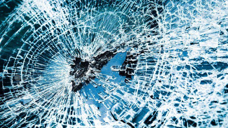 Un hombre denunció a su exmujer  por destrozarle el parabrisas del auto