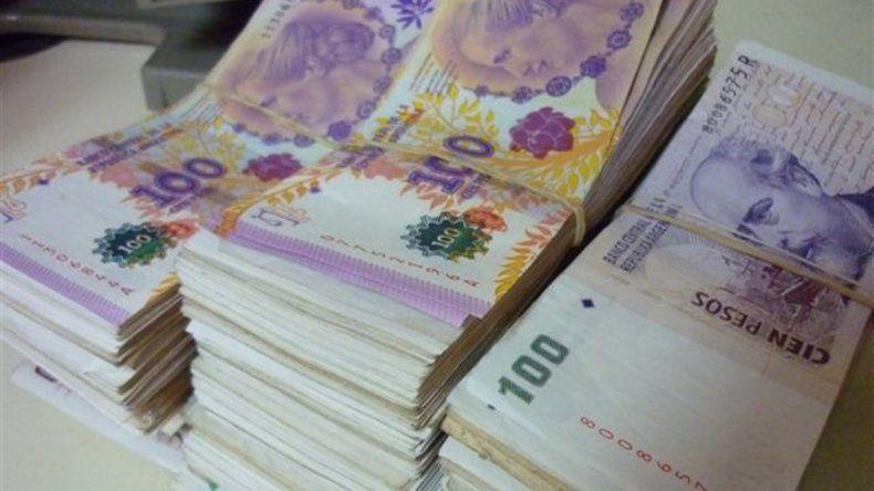 Robaron cien mil pesos y un auto, la policía los detuvo cuando chocaron contra un cordón