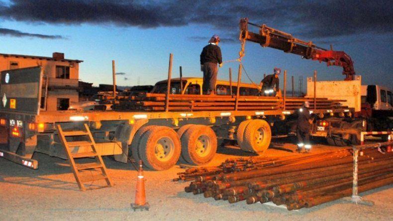 El municipio caletense recibió de PAE una donación de caños tubing y varillas de bombeo para construir cercos perimetrales.