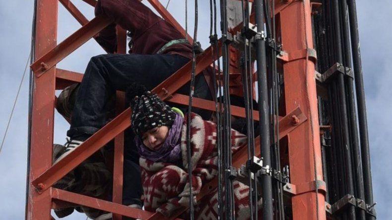 Las cinco mujeres de planes sociales se treparon a la torre de comunicaciones alrededor de las 8 y permanecieron doce horas en las alturas.
