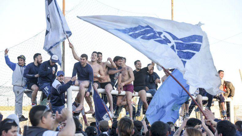 Los jugadores de Newbery dando rienda suelta a su festejo con su gente.