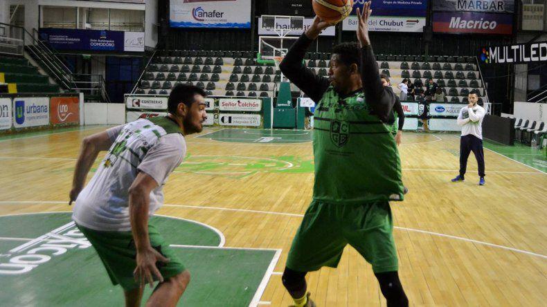 Jarrid Famous encara al cesto marcado por Diego Romero en un entrenamiento de Gimnasia.