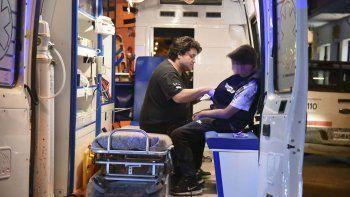 El niño al recibir la primera atención médica el miércoles por la tarde a bordo de una ambulancia.