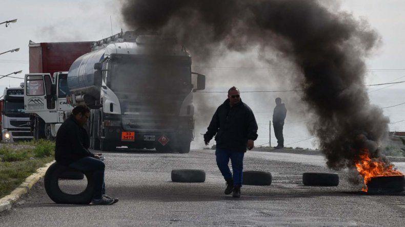 Los trabajadores municipales volvieron a paralizar la flota de camiones y colectivos con otro piquete en la rotonda ubicada frente a la playa de tanques de Termap.