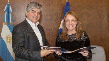 En la reunión que mantuvieron en Buenos Aires, el presidente de YPF, Miguel Gutiérrez, le confirmó a la gobernadora Alicia Kirchner que la compañía ya puso en actividad dos equipos de perforación.