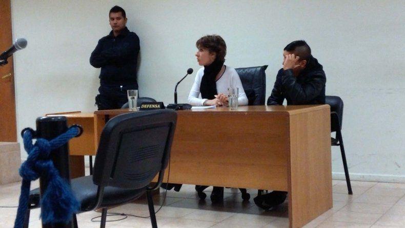 Axel Nieves junto a su abogada defensora durante los alegatos de ayer.