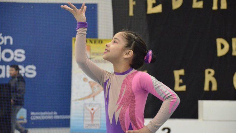 Una de las niñas en plena coreografía durante el Clasificatorio de gimnasia aeróbica.