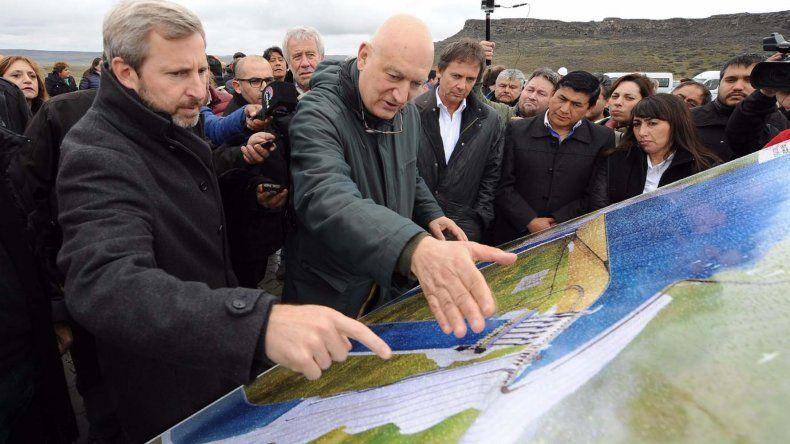 Rogelio Frigerio durante su recorrida por la zona donde se emplazarán las represas Kirchner y Cepernic.