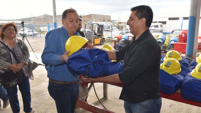 El intendente Carlos Linares encabezó la entrega de indumentaria a los trabajadores que conformaron la cooperativa Soldartex.