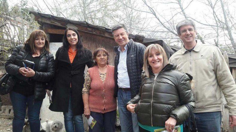 Gustavo Menna y sus compañeros de fórmula en los barrios de Esquel.