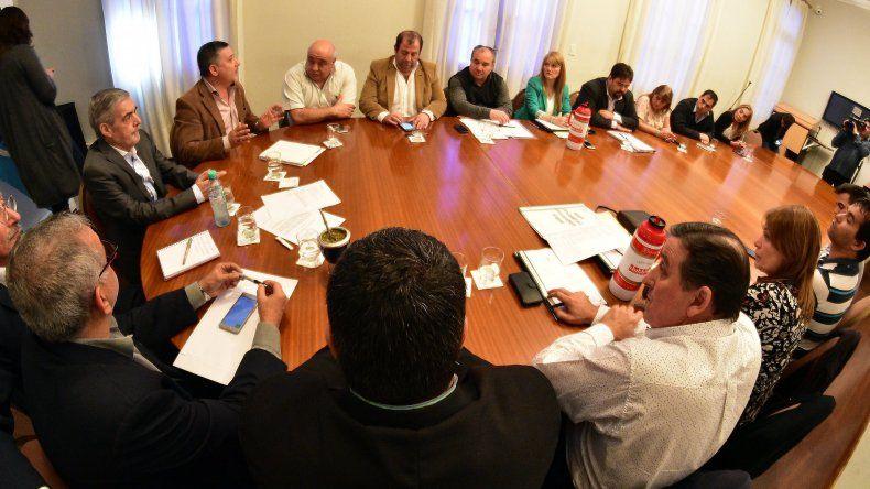 El gobernador Mario Das Neves encabezó la reunión con los concejales comodorenses de todos los bloques.