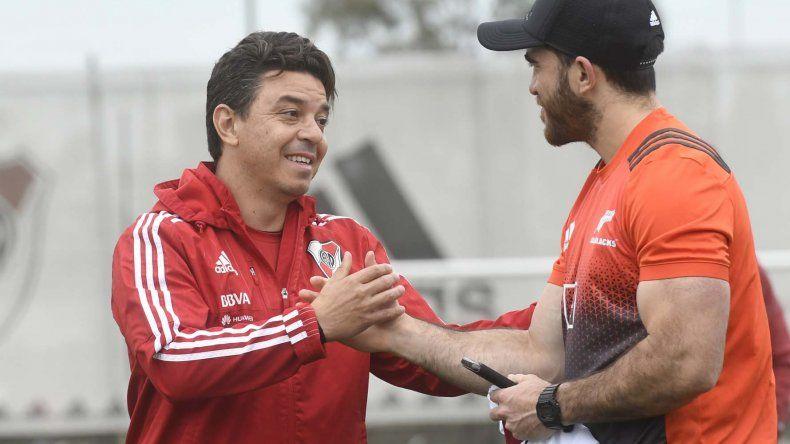 Marcelo Gallardo se saluda con unos de los integrantes de los poderosos All Blacks.