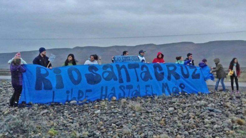 El grupo de manifestantes que esperó el paso de la caravana del ministro Frigerio para expresar su oposición a la represas.