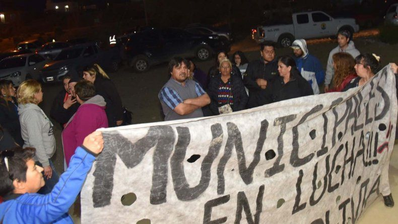 Un grupo de empleados municipales realizó una protesta mientras se efectuaba el acto. Algunos ingresaron a las graderías del gimnasio y se produjo un leve incidente.