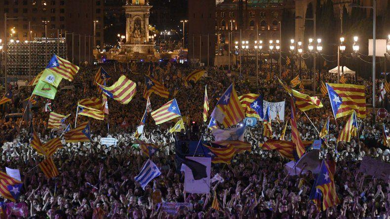 Miles de personas se movilizaron ayer en Barcelona por la unidad de España y contra el referéndum unilateral de secesión de Cataluña.