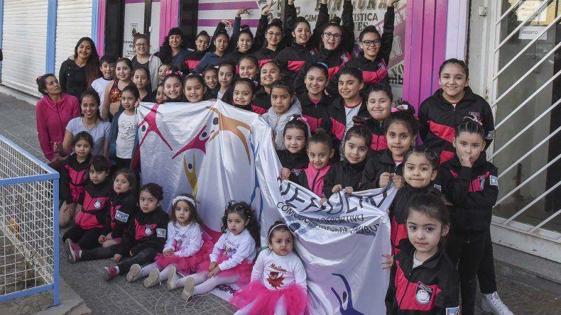 El cuerpo de baile del Club Social y Deportivo Nehuen hoy a las 19 muestra su destreza en la escuela 743.
