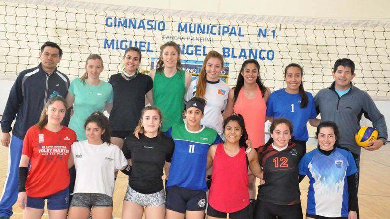 La selección provincial femenina de vóleibol se encuentra en la ciudad realizando una concentración.