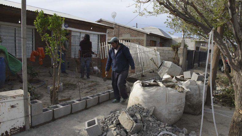 Edith y Rafael viven en Carrero Patagónico al 3400 y ya están construyendo un paredón para evitar otra posible inundación.