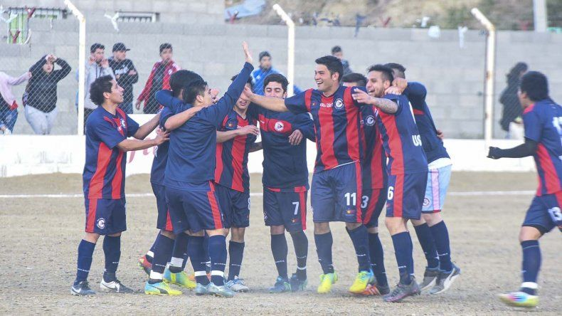 Los jugadores de USMA festejan tras el pitazo final.