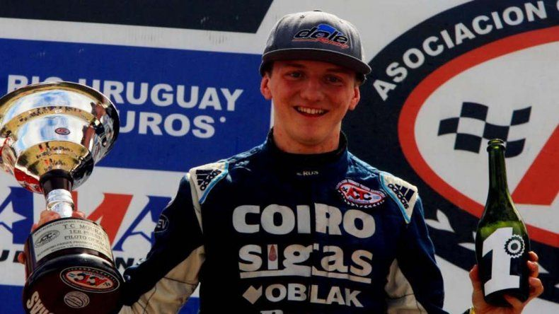 Andrés Jakos y su festejo en el podio del TC Mouras ayer en Neuquén.