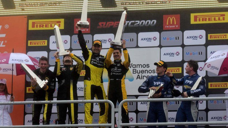 Los protagonistas de la final del Super TC2000 festejan con sus Obeliscos que les fue entregado durante la premación.