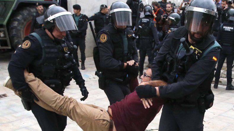 La policía se lleva detenido a uno de los votantes.