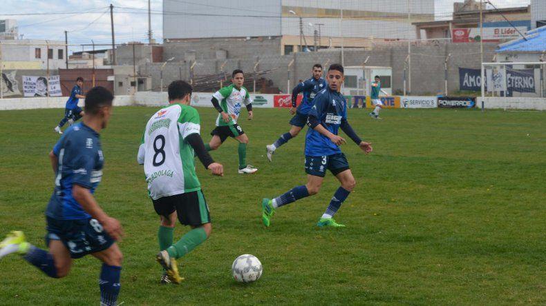 Darío Zalazar lleva la pelota ante la marca de Mariano Rivera