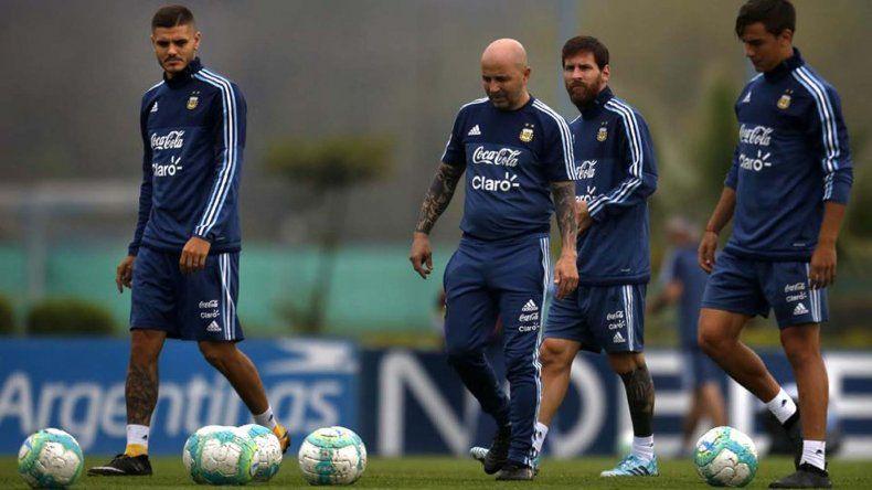 Jorge Sampaoli junto a los convocados Mauro Icardi
