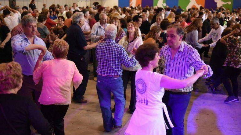 El festejo de ayer en el Club Huergo incluyó baile y el intendente fue uno de los que mostró su destreza sobre la pista.
