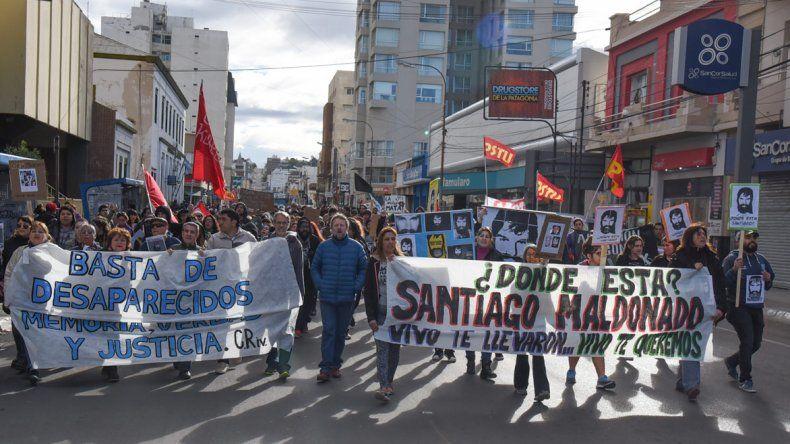 Más de 500 personas se movilizaron ayer en el Centro para pedir por la aparición con vida de Santiago Maldonado y también por el caso Iván Torres.