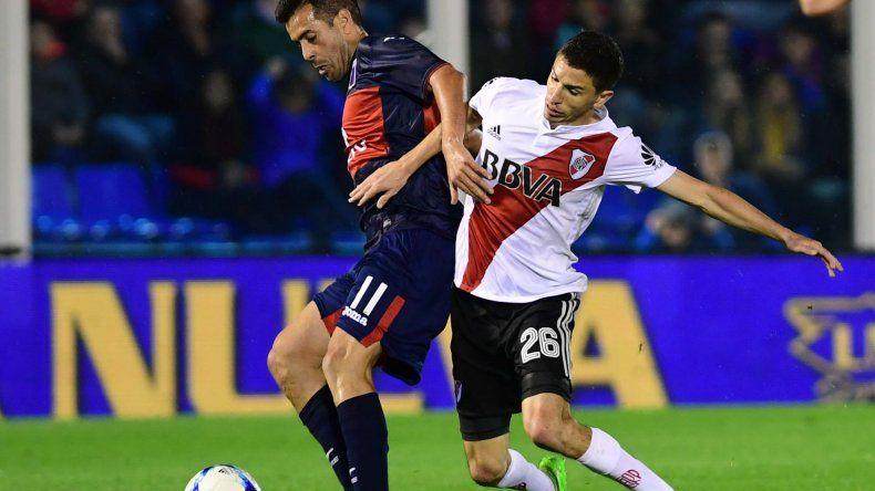 Jacobo Mansilla cubre el balón marcado por Ignacio Fernández en el partido jugado anoche en Victoria entre Tigre y River.