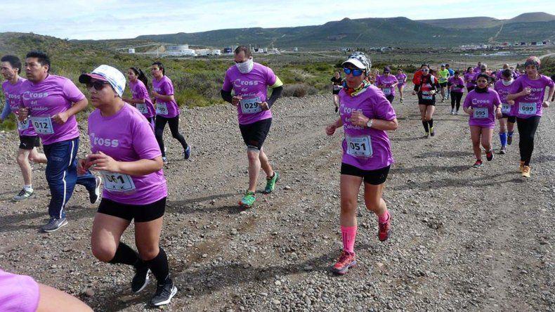 Los runners en plena competencia del Cross del Cañadón.