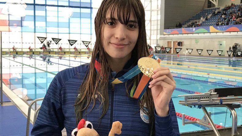 Julieta Lema posa orgullosa con su medalla de oro ganada en la prueba de 50 metros estilo Libre.