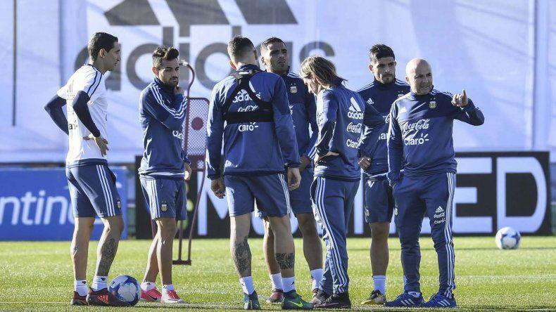 Jorge Sampaoli y su ayudante Sebastián Beccacece junto a cinco integrantes de la selección argentina ayer en el predio de la AFA