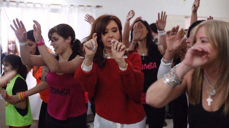 A 20 días de las elecciones, Cristina en campaña se animó a bailar zumba
