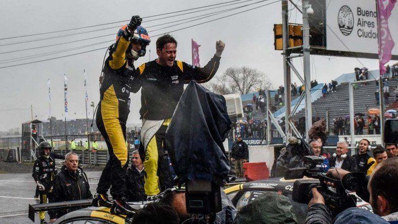 Emiliano Spataro festeja con Christian Ledesma el histórico triunfo logrado el último domingo en los 200 kilómetros de Buenos Aires.
