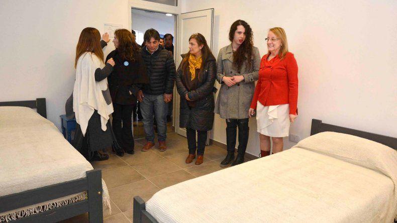 La gobernadora Alicia Kirchner recorrió las instalaciones del Centro Social que cuenta con habitaciones para albergar a doce personas.