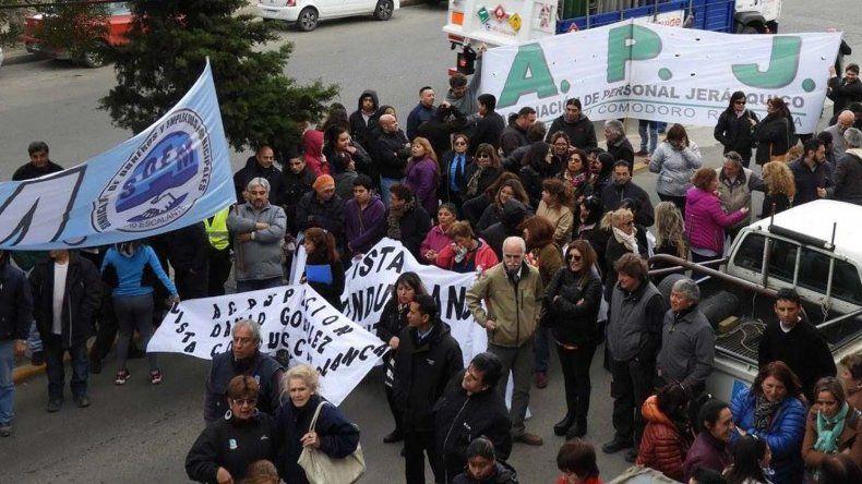 La columna se concentró frente a la sede de la obra social Seros