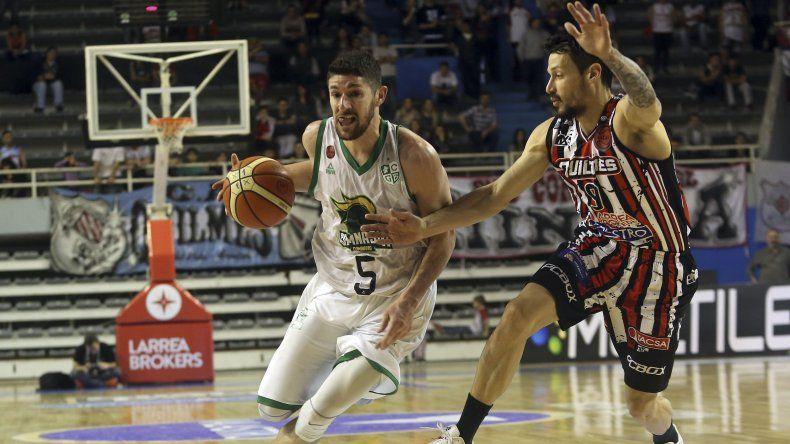 El uruguayo Gustavo Barrera se escapa con el balón marcado por Nicolás Ferreyra en una acción de juego del partido del jueves.